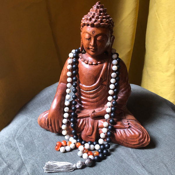 Scultura di Buddha e prezioso Japamala